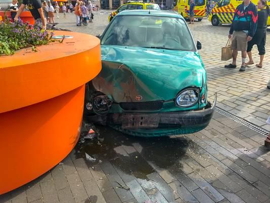 De auto kwam uiteindelijk tot stilstand tegen een grote bloembak.