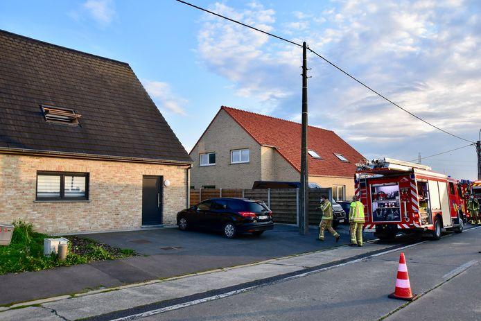 De steekvlam deed zich voor in de keuken van de woning links op de foto, langs de Houthulststraat in Staden.