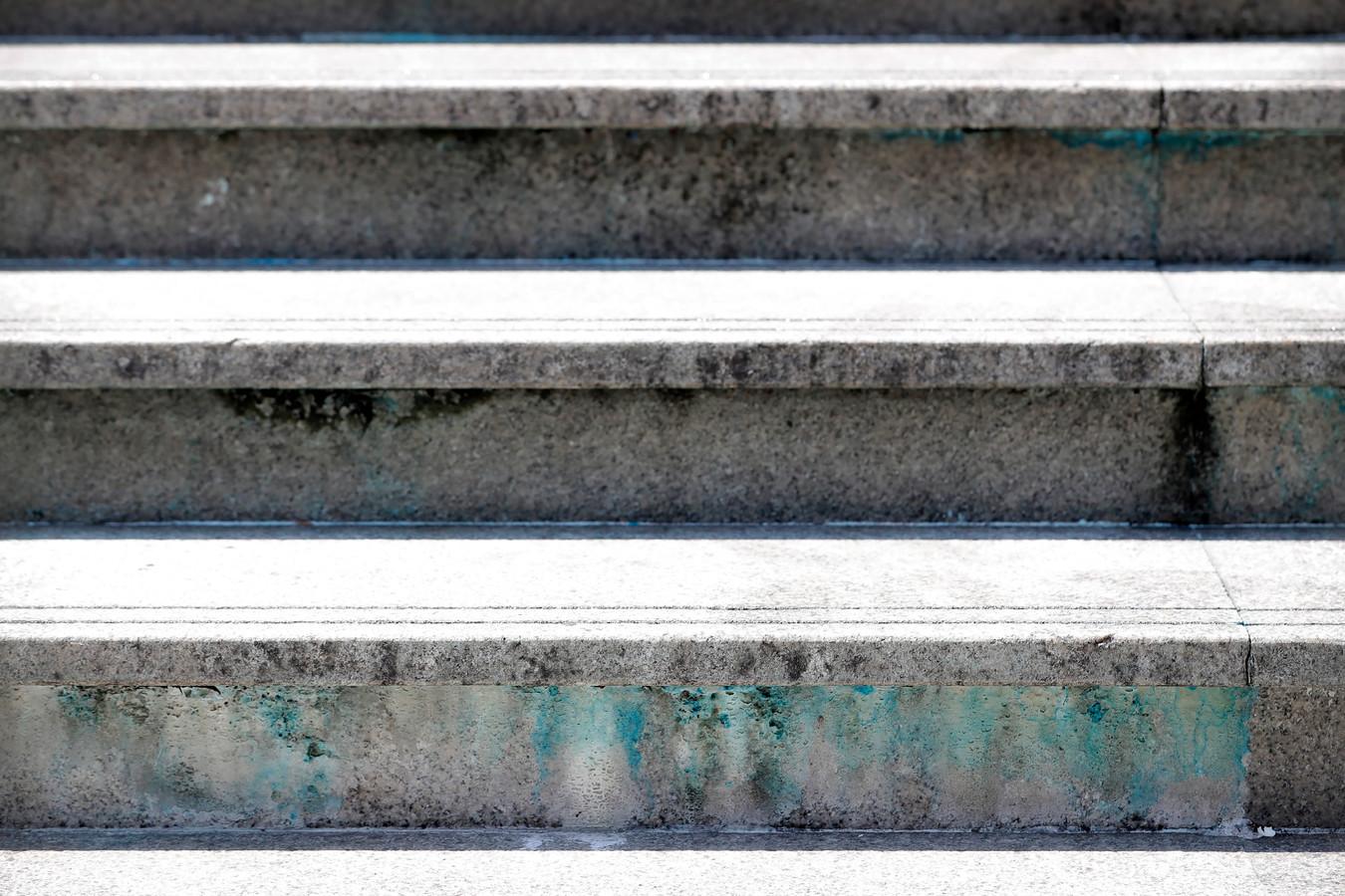 Vlekken van de blauwe verf op de trappen van de moskee.