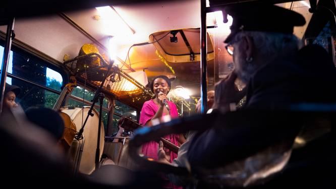 De taal vieren tijdens een nachtelijke busrit door Eindhoven