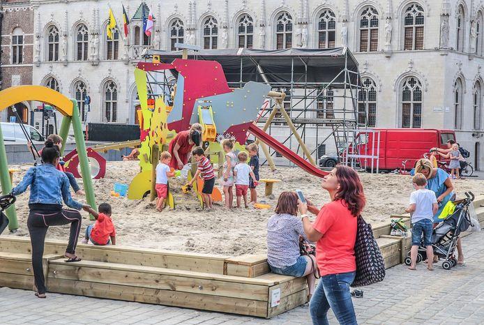 Een archiefbeeld van een zomerspeelplein op de Grote Markt in Kortrijk