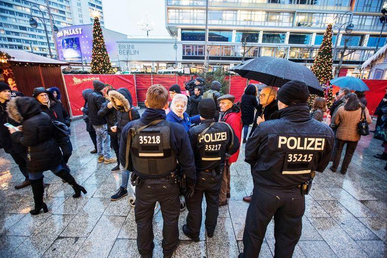 Politie op de plak waar maandagavond een aanslag werd gepleegd.  Beeld Photo News