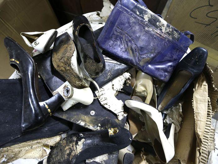 Een paar door schimmel en rot aangevreten schoenen en tassen van Imelda Marcos.