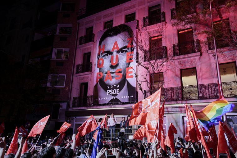 PSOE-leider Pedro Sánchez viert zondagavond de verkiezingsoverwinning. Beeld Photo News