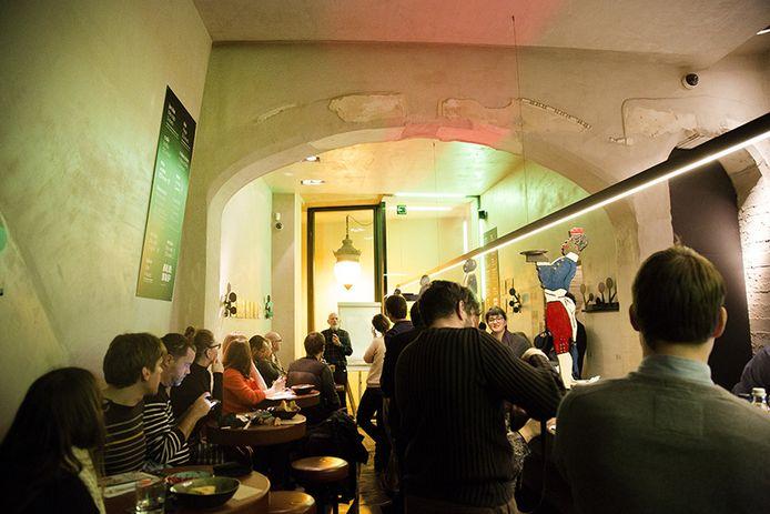 Huisje vol bij de voorstelling van het project Pain Perdu in restaurant AUB.SVP.