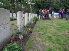 Imponerend bezoek aan kerkhof tijdens Doe-Week in  Dommelen
