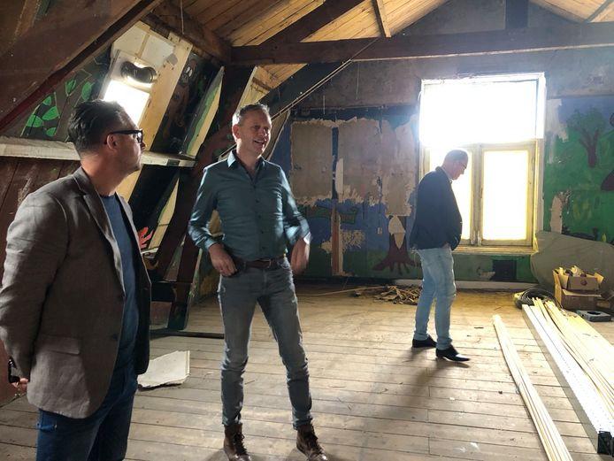 Wethouder Mike Hofkens en Peter Berende, voorzitter van Stichting Ontmoetingscentrum Raamsdonk in de ruimte die door de scouting werd gebruikt. Deze wordt in de tweede fase gerenoveerd.
