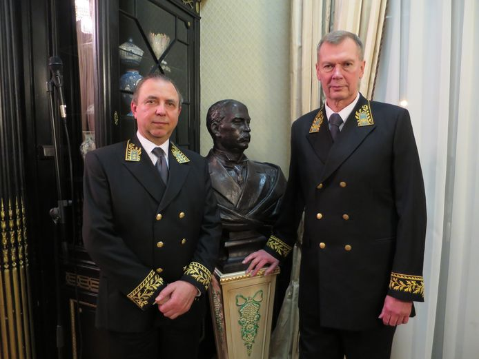 Alexander Shulgin (rechts), hier met plaatsvervangend ambassadeur Boris Zhilko.