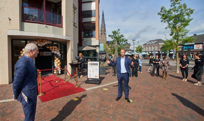 Job Cohen luistert naar wethouder Menno Roozendaal op de Markt 3 in Veghel, bij PIM Werkt.