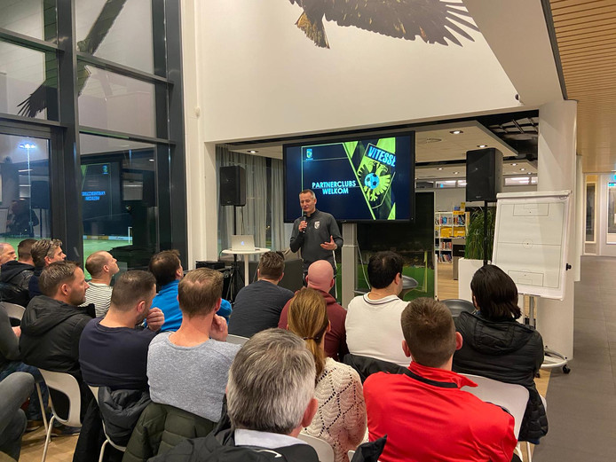 Aloys Wijnker spreekt de trainers van de regionale clubs toe op Papendal.