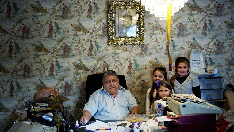 Stevica Nikolic-Djula, voorzitter van het Nederlands Roma-comite, met zijn kleindochters in Capelle aan de IJssel. © anp Beeld null