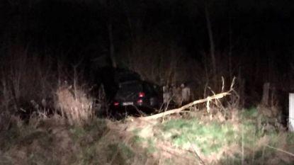 Spectaculaire crash: wagen springt over spoorlijn, bestuurder ongedeerd