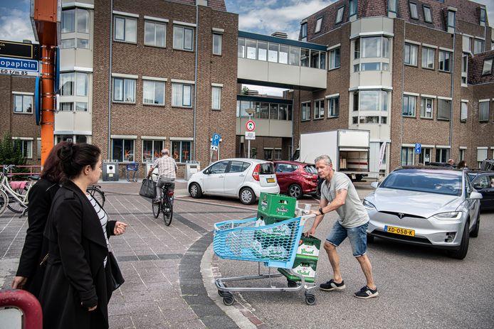 Winkelend publiek op het Europaplein.