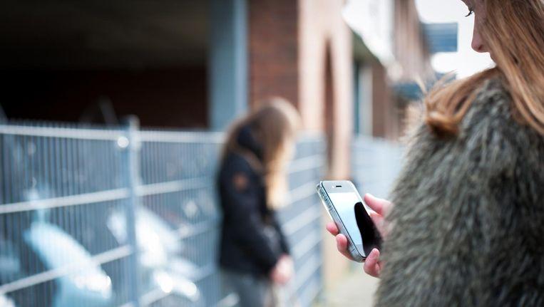 Gaby van den Biggelaar van Leergeld Nederland: 'Als twee of drie kinderen in een klas geen smartphone hebben, dan raken ze geïsoleerd.' Beeld ANP