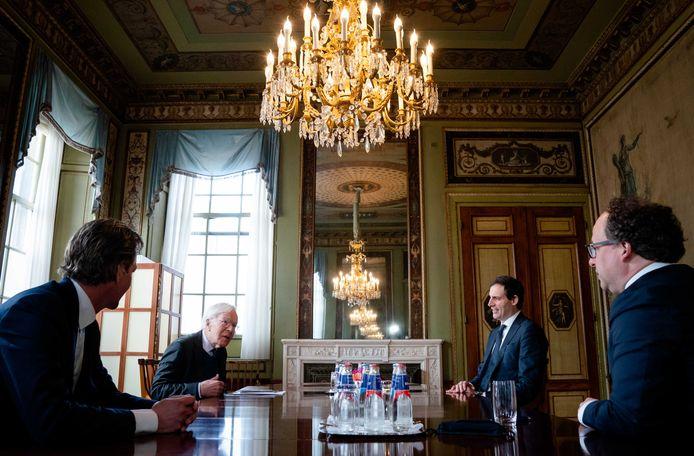 Informateur Herman Tjeenk Willink tijdens zijn gesprek met minister van Financiën Wopke Hoekstra, minister van Sociale Zaken en Werkgelegenheid Wouter Koolmees en minister van Economische Zaken en Klimaat Bas van 't Wout.