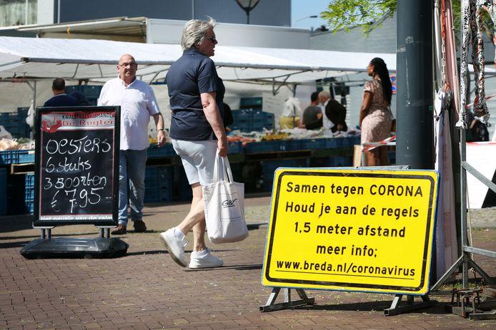 De weekmarkt op de Grote Markt in Breda tijdens de eerste weken van de coronacrisis.