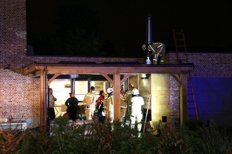 De brandweer deed een grondige controle rond de schouw.