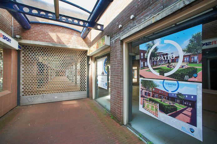 Ook deze leegstaande winkels aan de Patio in het centrum van Veghel worden omgebouwd tot woningen.