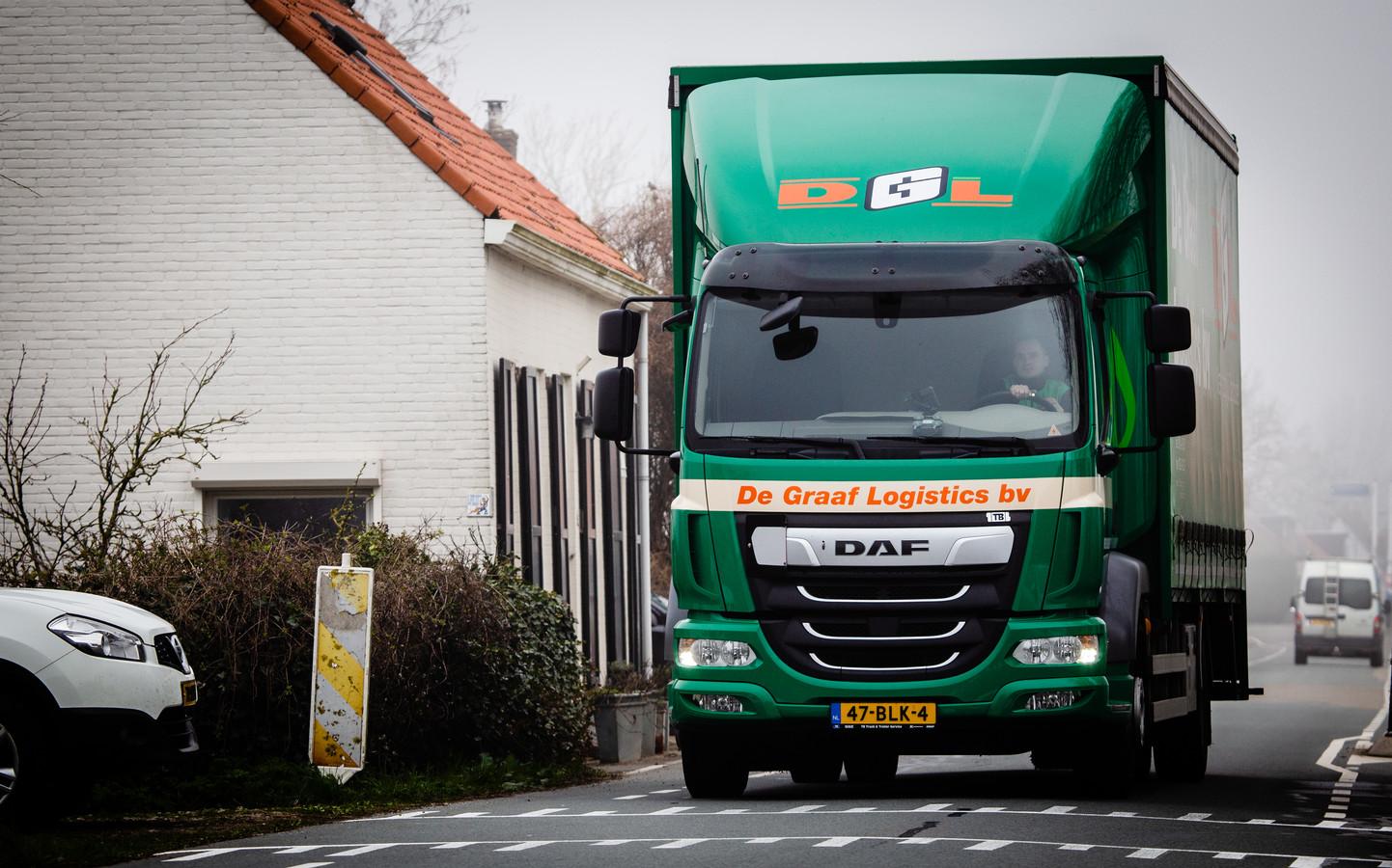 Vrachtverkeer raast, net als over het Zwartsluisje, met enige regelmaat over de Sluisjesdijk.