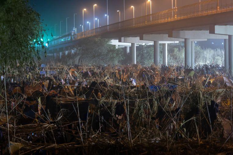 Dit is een kampement met hutjes die zijn gemaakt van pijlriet en tentdoek. Het staat in DelRio, in de Amerikaanse staat Texas, aan de grens met Mexico. In deze onderkomens verblijven migranten, veelal uit Haïti. Naar schatting wonen en slapen hier 14.000 mensen. De Amerikaanse autoriteiten sturen de migranten per vliegtuig terug naar Haïti.  Beeld Getty Images