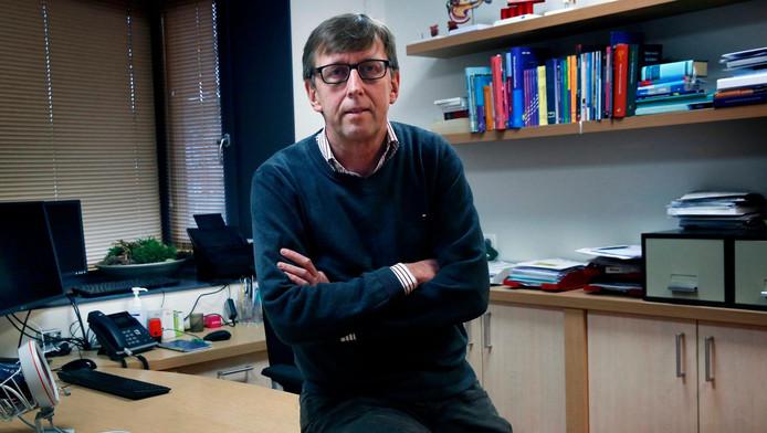 Huisarts Dick Kruijthoff in zijn praktijk in Bleskensgraaf.