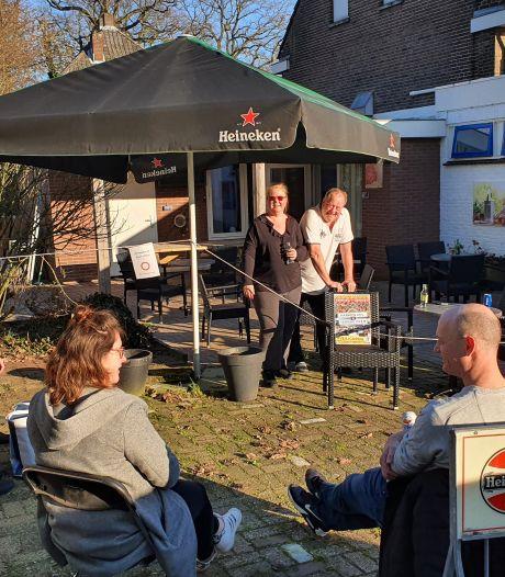 Henk en Marit van Biljartcentrum Renkum zetten terras uit en breken hem ook snel weer af
