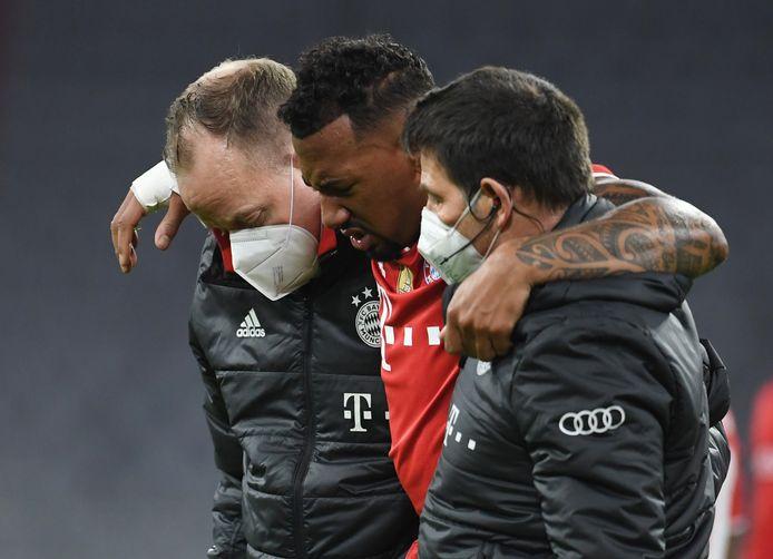 Bayern München-verdediger Jérôme Boateng verlaat geblesseerd het veld tegen Borussia Dortmund.