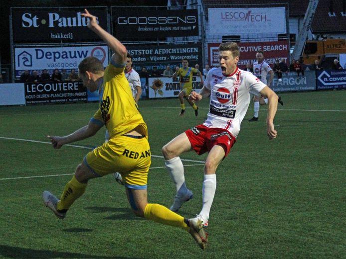 Broes Willem (r.) probeert in het duel tegen Lochristi de bal van Thomas Zwart te onderscheppen.