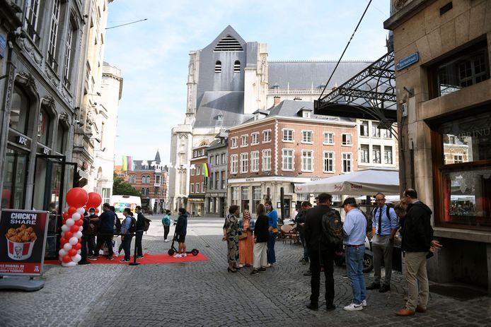 De opening van Kentucky Fried Chicken op Grote Markt in Leuven kwam iets later dan verwacht maar de echte fans waren meteen op post.