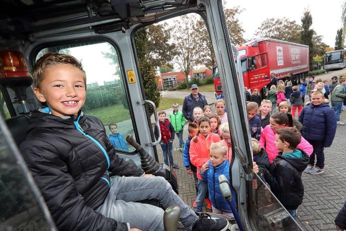 Kinderen mogen in de wagens zitten om te ervaren van chauffeurs (niet) zien. foto Chris van Klinken/Pix4Profs