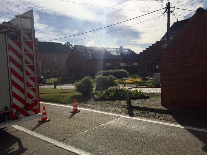 HEIST-OP-DEN-BERG - De brandweer kwam massaal ter plaatse en kreeg het vuur snel onder controle. Ook de medische diensten kwamen ter plaatse. Niemand raakte gewond