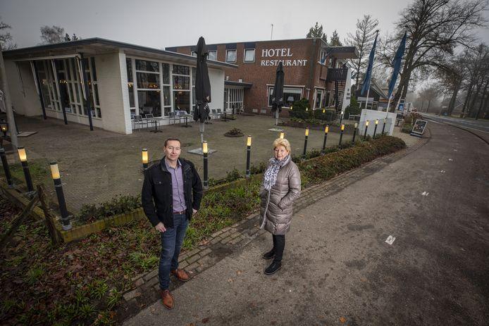 Eigenaar Ine Damgrave en haar zoon Roy zijn blij dat een nieuwe huurder is gevonden voor Hotel-Restaurant De Grote Zwaan.
