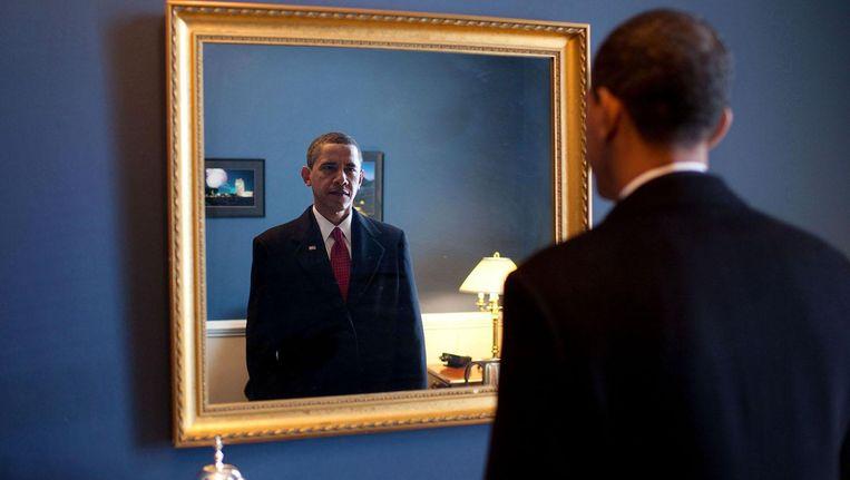Barack Obama controleert nog één keer hoe hij er uitziet voor hij de ambtseed aflegt, 20 januari 2009. Beeld White House Photo