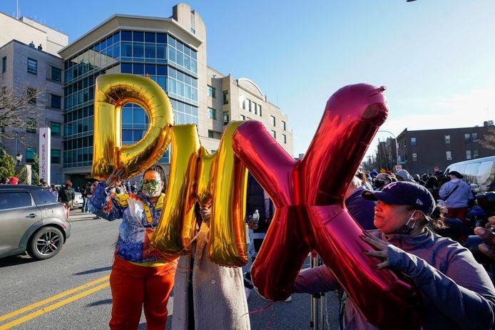 Fans houden ballonnen met de letters DMX in de lucht tijdens een wake voor de Amerikaanse rapper.