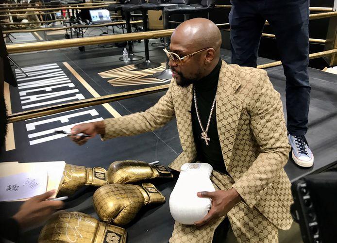 Floyd Mayweather deelt enkele handtekeningen uit op de opening van zijn 'Mayweather Boxing + Fitness gym' in Torrance, California.
