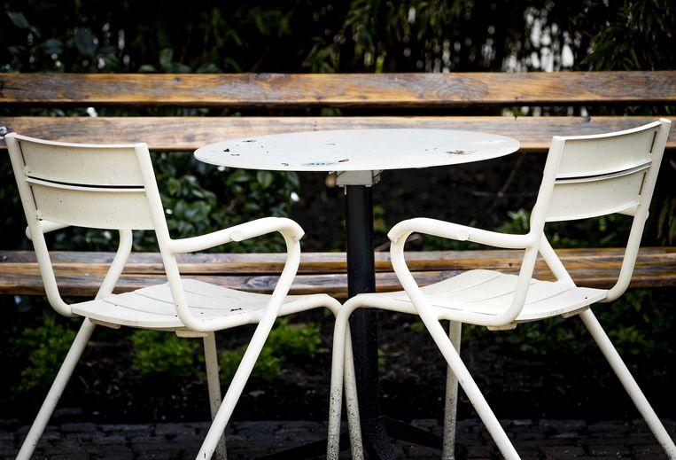 Een horeca-ondernemer heeft in het Amsterdamse Vondelpark het terras klaar staan. Beeld ANP