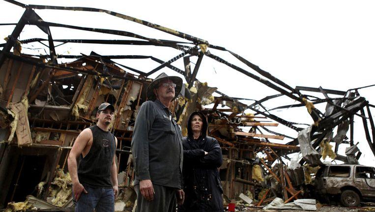 Inwoners kijken naar wat er over is van hun huis nadat een tornado hun dorp Metro Piner in Kentucky aandeed. © AP Beeld