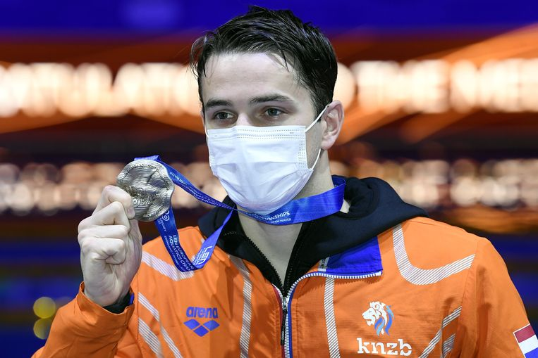 Arno Kamminga met zijn zilveren medaille op de 200 meter schoolslag. Beeld EPA