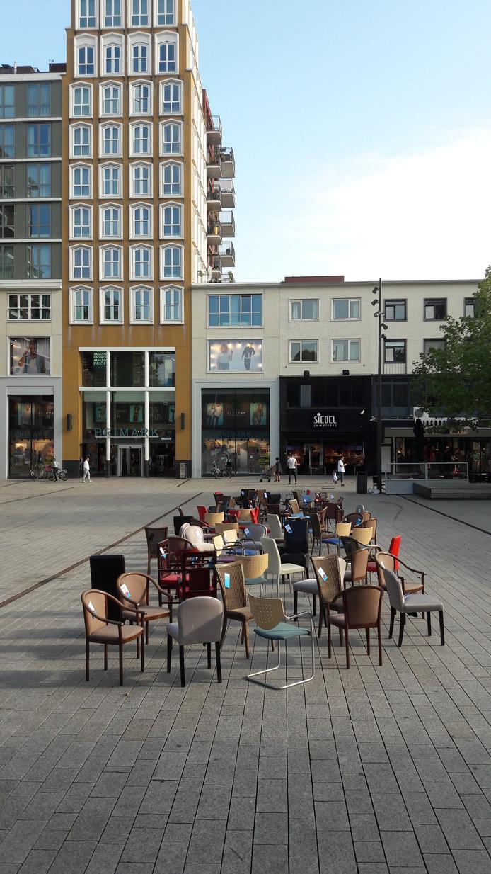 Elke stoel op Plein 1944 in Nijmegen symboliseert een verkeersdode in Gelderland.