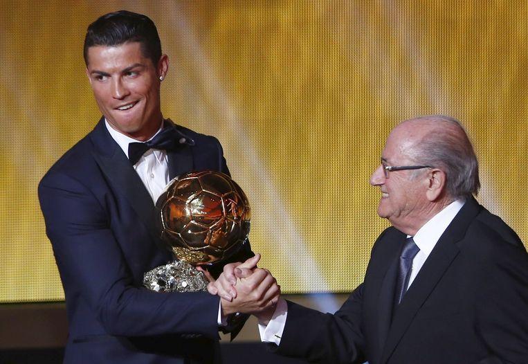 Sepp Blatter bij het uitreiken van de Gouden Bal aan Christiano Ronaldo Beeld REUTERS