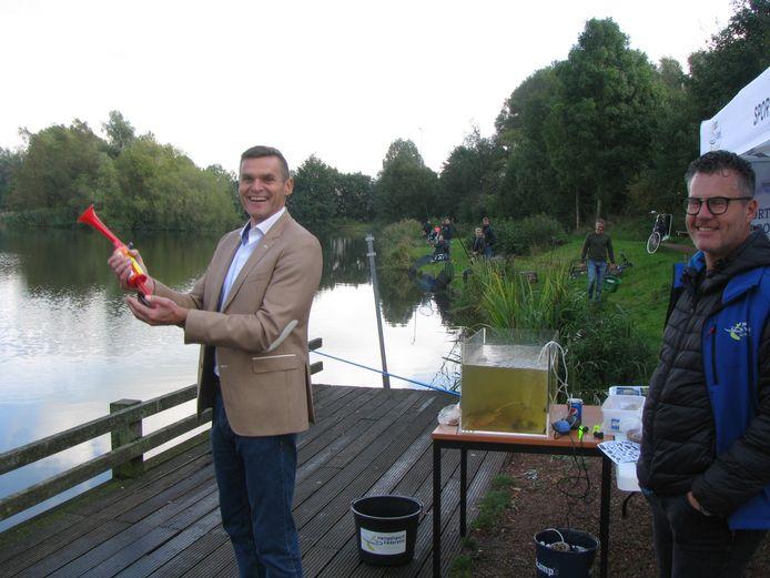 Wethouder Eric Braamhaar van de gemeente Wierden geeft het startsein  voor de jeugdwedstrijd.
