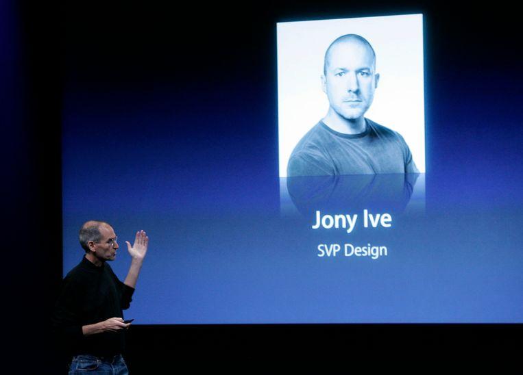 Wijlen Apple CEO Steve Jobs praat over zijn hoofd vormgever en spirituele partner Jonathan Ive. Beeld AP