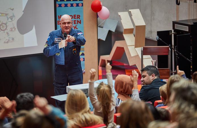 Astronaut André Kuipers vertelt kinderen over de ruimte.