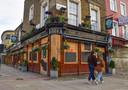 Een gesloten pub in Camden.