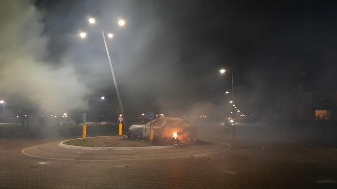 De resten van een auto die eerder vanavond op de rotonde De Akkers is afgebrand.