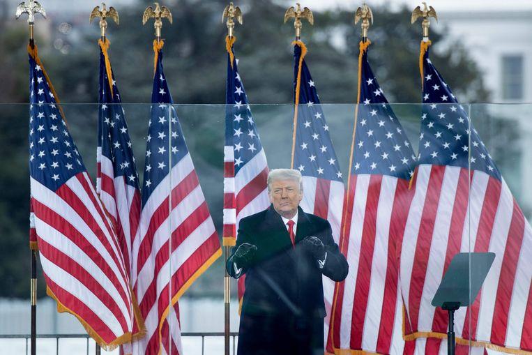 Donald Trump voor het Witte Huis in Washington. Hij is niet meer welkom op Twitter. Beeld AFP