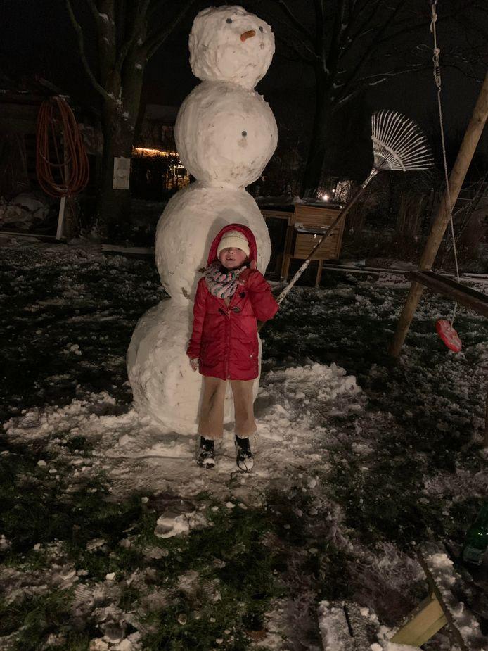 Dit is Lexie die samen met haar vader, oom en zusje een hele grote sneeuwpop heeft gemaakt. In Alpen aan de Maas.