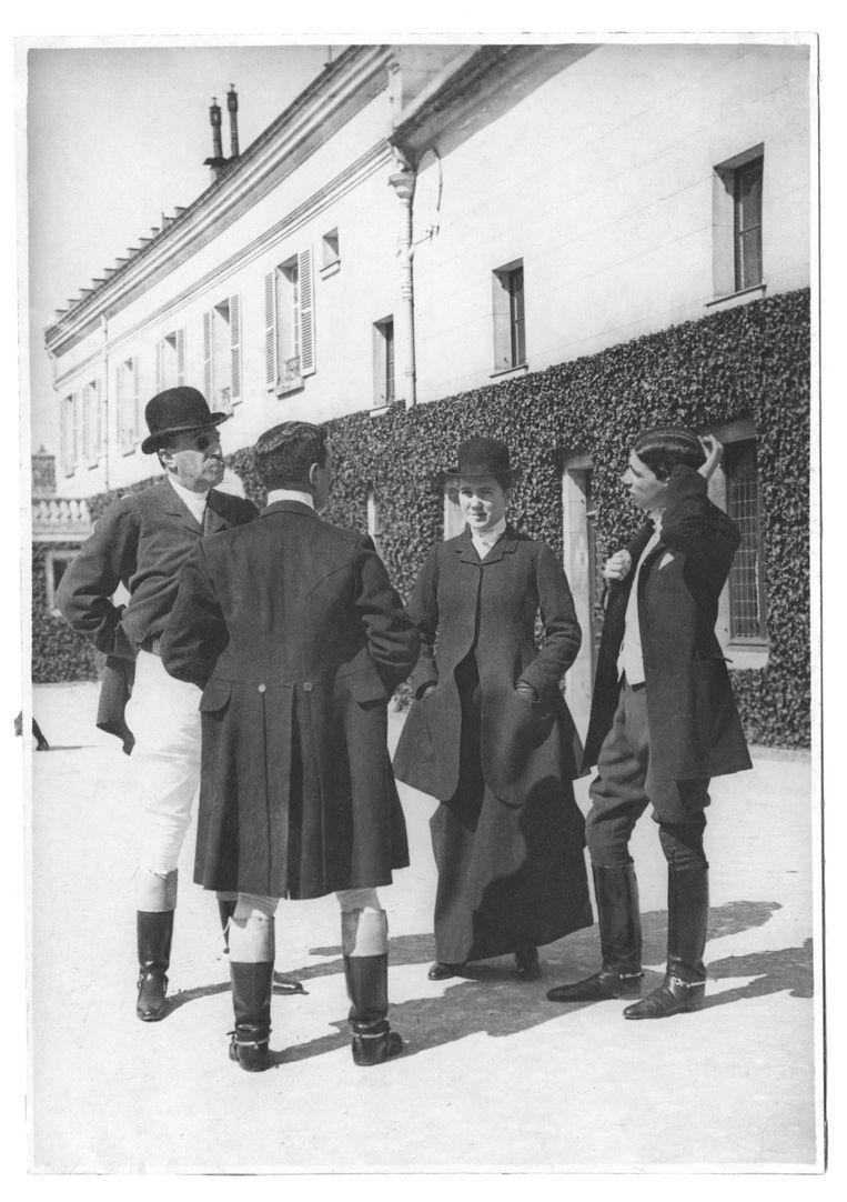 De familie Camondo in rijkostuum, Aumont 1910. Beeld Brieven aan Camondo