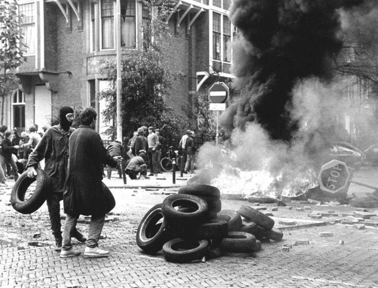 In de buurt van het ontruimde kraakpand 'Lucky Luijk' werden vanmiddag met autobanden barricades opgeworpen, die daarna in brand werden gestoken. Beeld