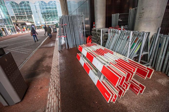 De Turfmarkt naar het station gaat bij harde wind dicht uit angst voor vallende panelen. Afsluitmateriaal staat altijd klaar.
